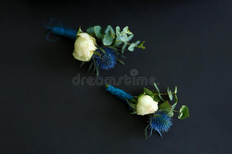Mini- buketter för ny blomma på darcktyg Händelseblommadecoratioon Blomsterhandlarearbete royaltyfri bild
