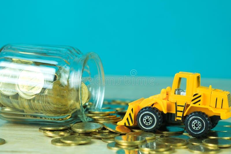 Mini buldożer ciężarówki ładowania sterty moneta z stosem złocista moneta t zdjęcie royalty free