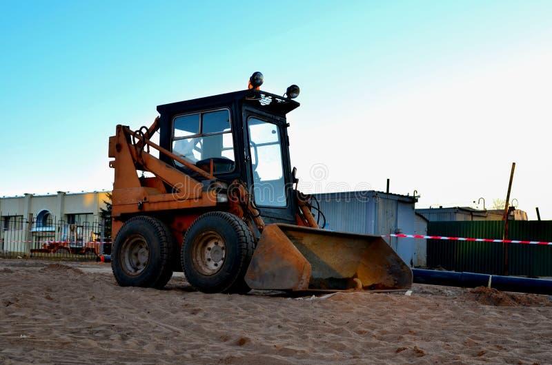 Mini buldożer zyskuje ziemię w wiadrze obrazy royalty free