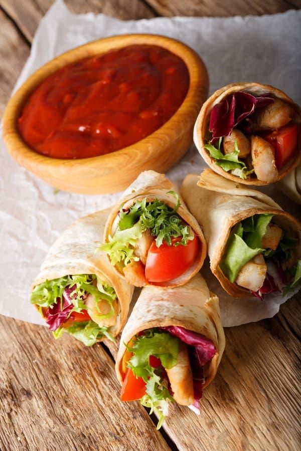 Mini burrito con il tacchino ed il primo piano delle verdure verticale fotografie stock