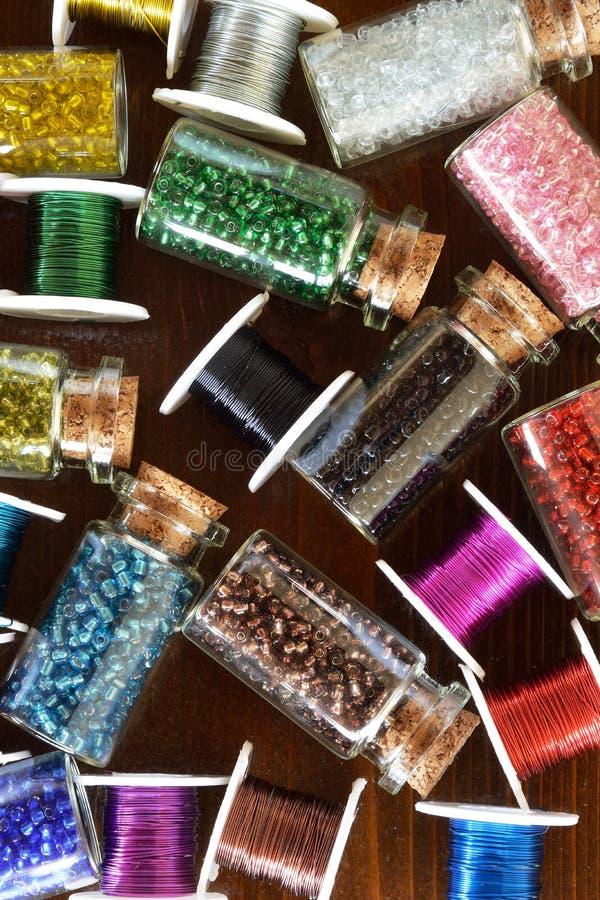 Mini butelki z koralikami i drutów rzemiosłami zdjęcie stock