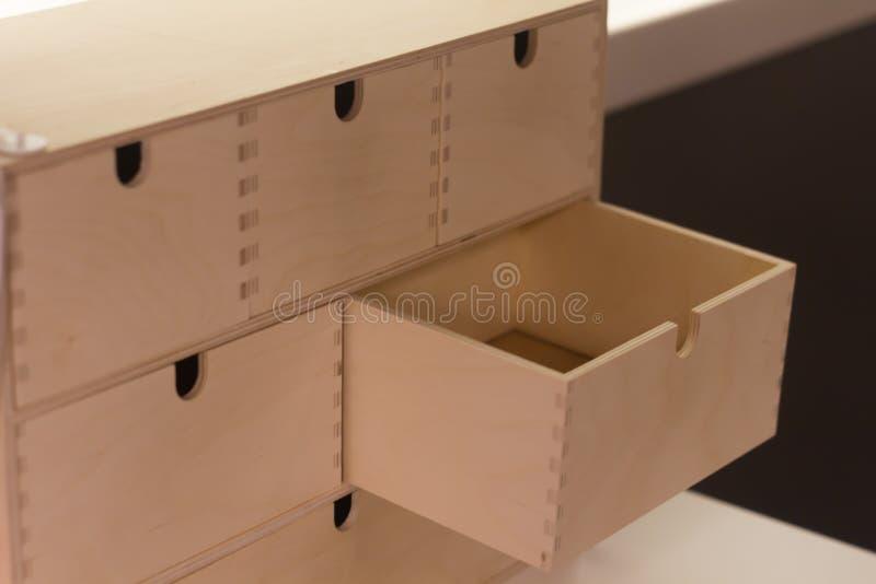 Mini- byrå som göras av trä för små objekt, smycken och skönhetsmedel En enhet är öppen, och fem är stängda royaltyfria foton