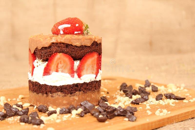 Mini Cake met Chocolade en Aardbei stock afbeelding
