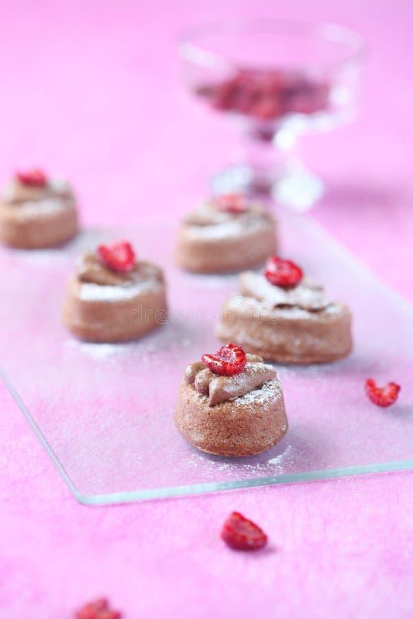 Mini Cakes com creme do chocolate e doce de framboesa foto de stock royalty free