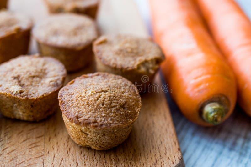 Mini Cakes con la carota e la cannella fotografia stock