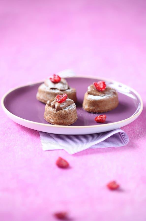 Mini Cakes con la crema ed i lamponi del cioccolato fotografia stock libera da diritti