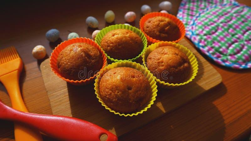 Mini Cakes Decorated met Eieren, Pasen-Dessert stock foto