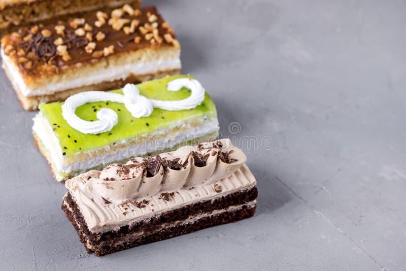 Mini Cakes differente ordinato con il cioccolato crema del caff? ha salato il caramello e le bacche sopra Mini Cakes Dessert sapo fotografie stock