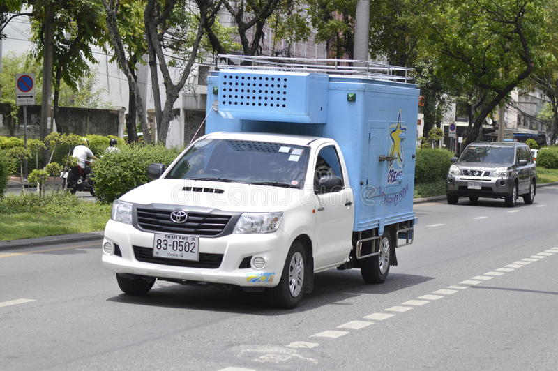Mini camión refrigerado del envase del helado imagen de archivo