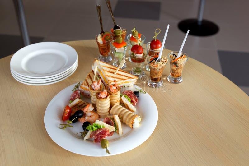 Mini Canape avec de la viande et des légumes dans des tasses en verre Sandwichs à poulet photographie stock libre de droits