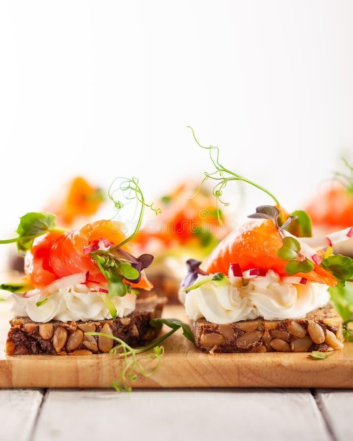 Mini canape con il salmone affumicato fotografia stock libera da diritti