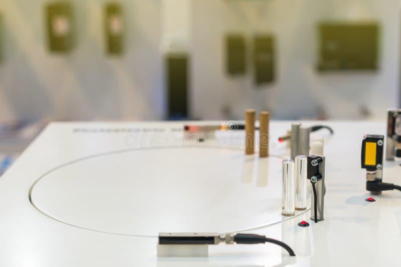 Mini capteur de proximité d'exactitude pour détecter le matériel moveing pour le travail industriel sur la table photo stock