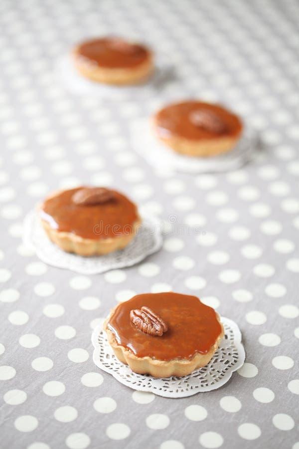 Mini Caramel Pies mit Karamell-Belag stockbild