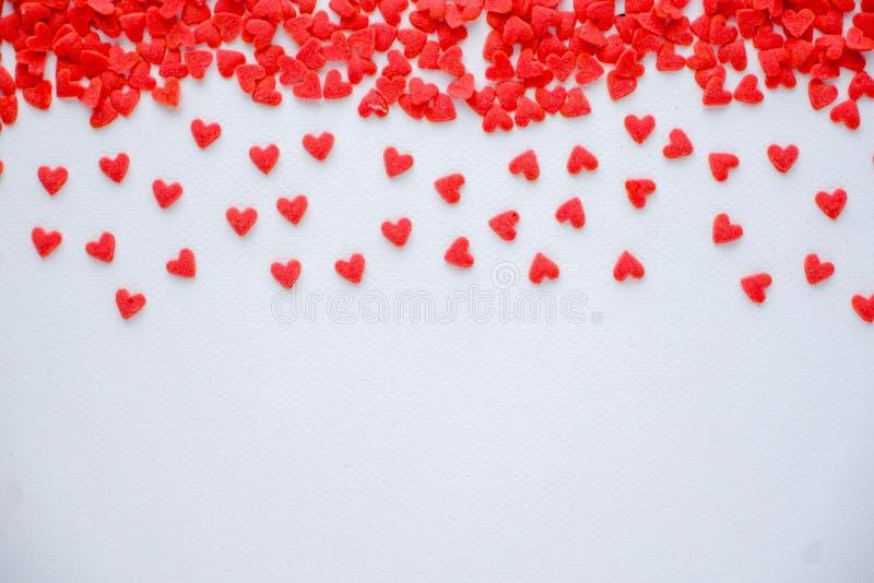 Mini caramelo rojo de los corazones en el fondo blanco foto de archivo