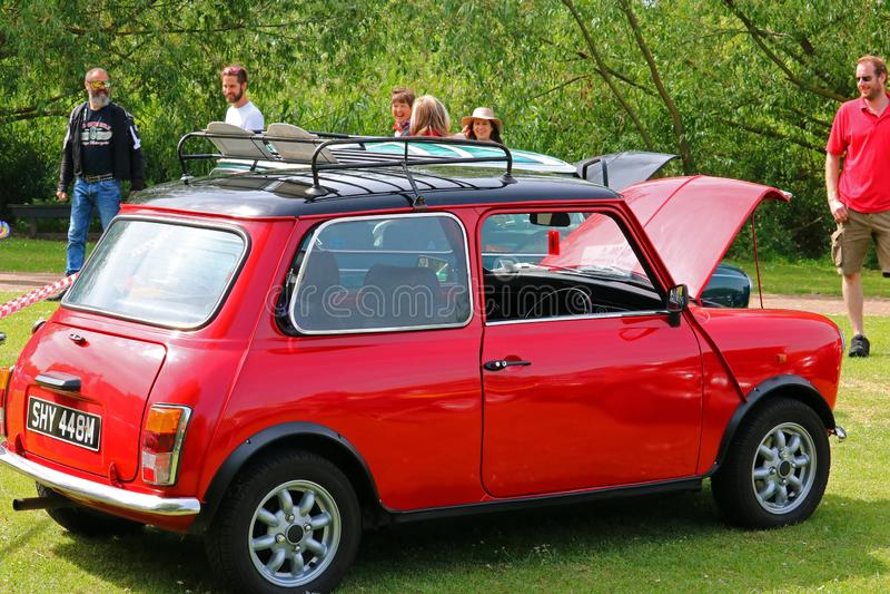 Mini carro do vintage no festival viajando de automóvel de Bedford foto de stock