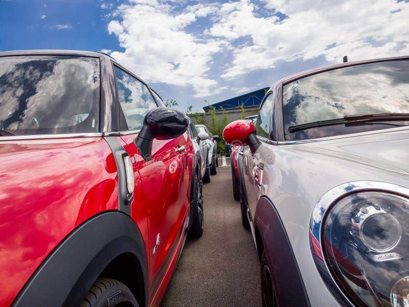 Mini carros para a venda na sala de exposições imagens de stock