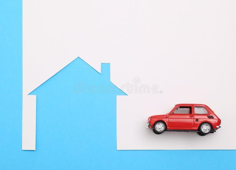 Mini casa, carro diminuto vermelho imagem de stock