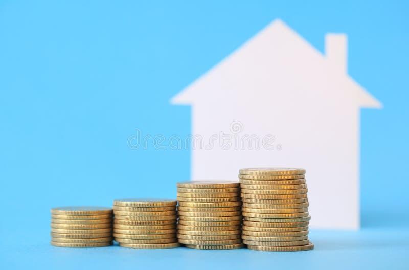 Mini casa com dinheiro fotos de stock