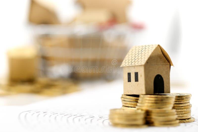 Mini casa com a pilha de moedas no labirinto, conceito do investimento pro fotos de stock royalty free