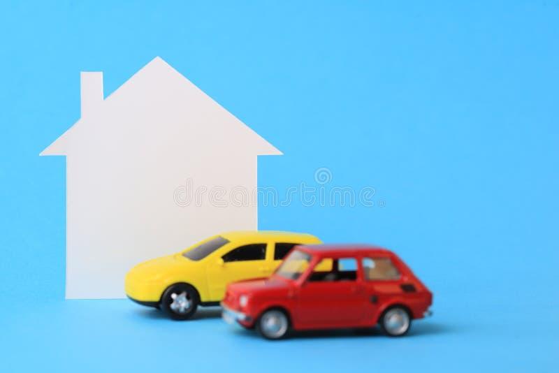 Mini casa e carro diminuto fotografia de stock