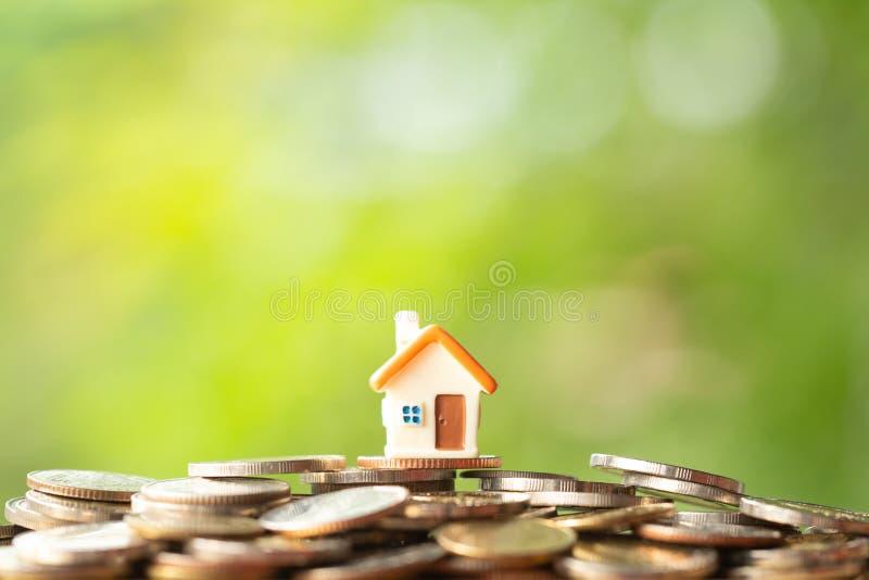 Mini casa en la pila de monedas imagen de archivo libre de regalías