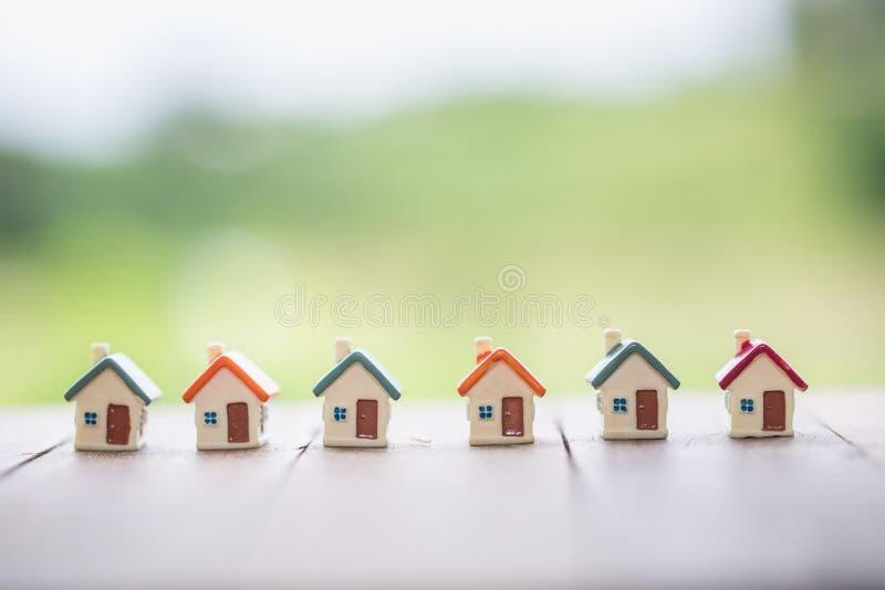 Mini casa en la tabla, el dinero de la hipoteca, de los ahorros para la casa de la compra y el préstamo al concepto del estado de imagenes de archivo