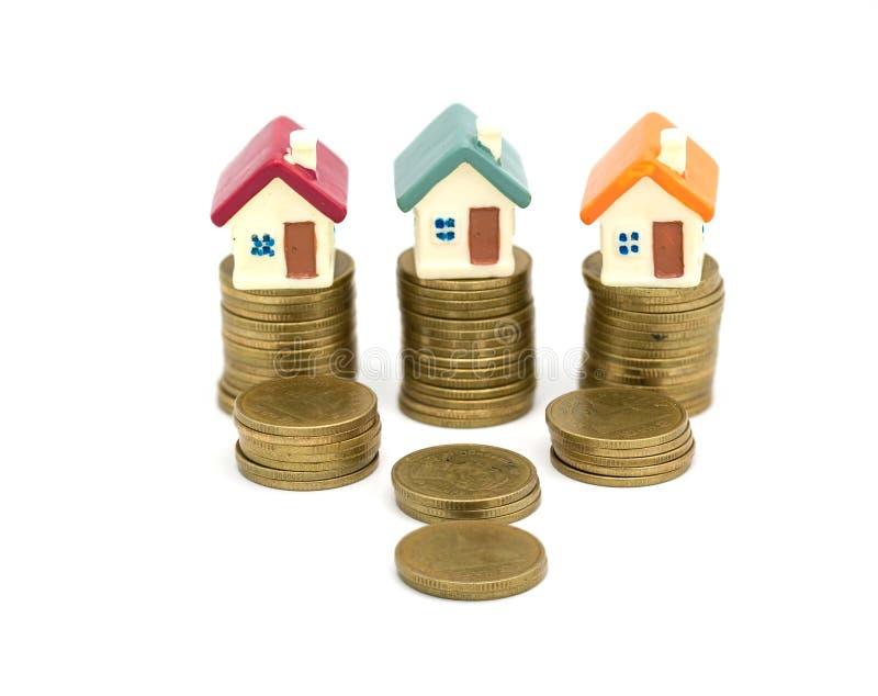 Mini casa modelo na pilha das moedas, no neg?cio crescente, no investimento da propriedade e no conceito financeiro da hipoteca d fotos de stock