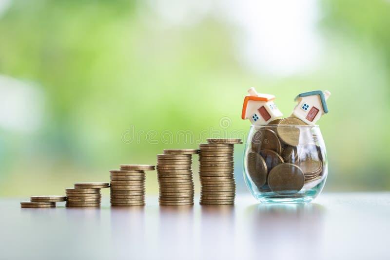 Mini casa modelo na pilha das moedas, no neg?cio crescente, no investimento da propriedade e no conceito financeiro da hipoteca d imagem de stock royalty free