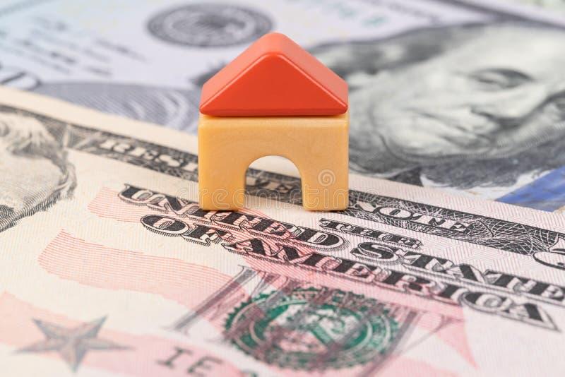 Mini casa modelo no conceito da cédula do dinheiro do dólar para a hipoteca, a finança, e a economia foto de stock royalty free
