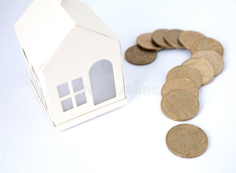 Mini casa na pilha de moedas Conceito da propriedade do investimento Alojamento no crédito fotografia de stock royalty free