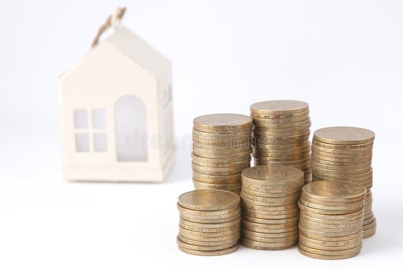 Mini casa na pilha de moedas Conceito da propriedade do investimento Alojamento no crédito imagem de stock royalty free