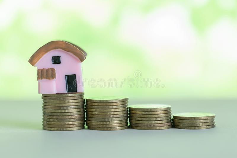 Mini casa na pilha de moedas fotografia de stock royalty free