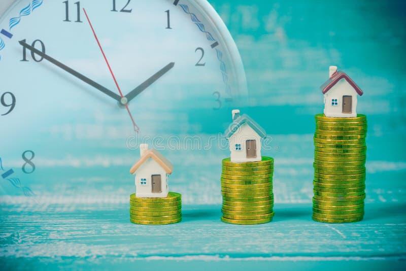 mini casa na pilha ou no dinheiro da moeda foto de stock royalty free