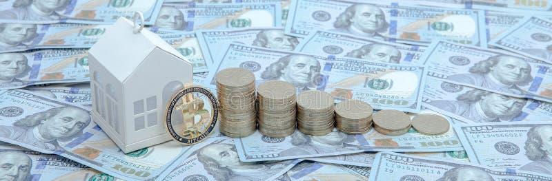 Mini casa sulla pila di monete e di bitcoin Concetto della proprietà di investimento fotografia stock libera da diritti