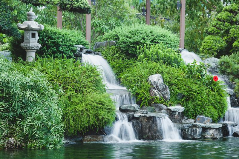 Mini cascada del estilo japonés con las plantas verdes Diseño del paisaje imágenes de archivo libres de regalías