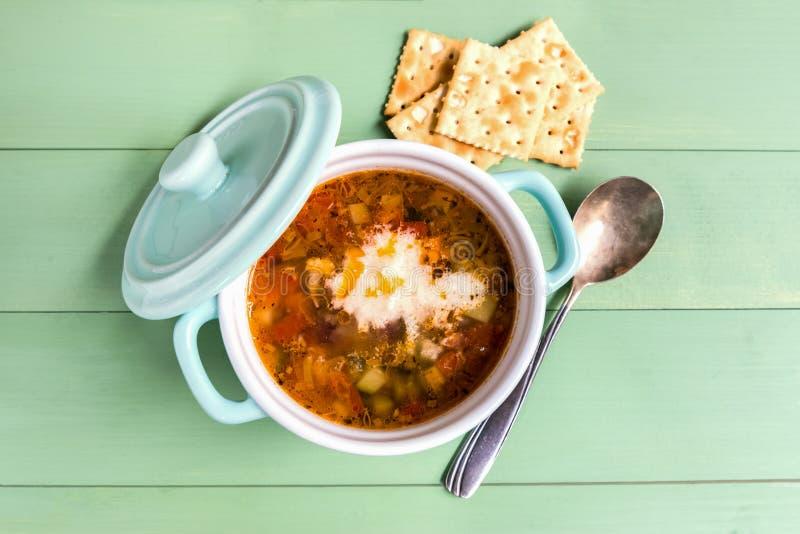 Mini cazuela de la sopa del minestrone con la galleta Sobre la visión imagen de archivo