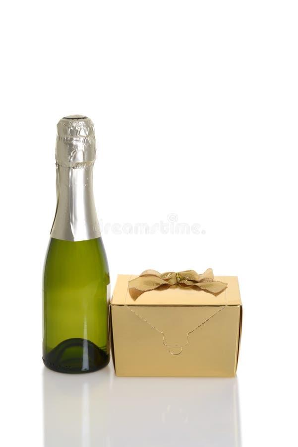 Mini champagne con il regalo dell'oro fotografie stock