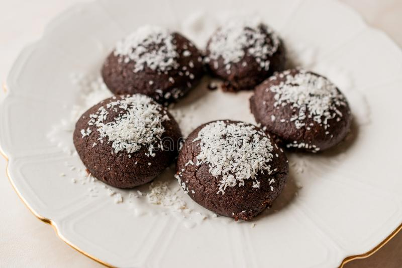 Mini Chocolate Brownie Wet Cookies met Kokosnotenpoeder/Turkse Islak Kurabiye stock foto