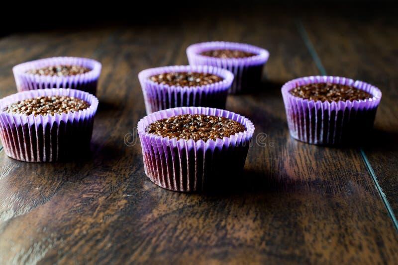 Mini Chocolate Cake Souffle op houten oppervlakte royalty-vrije stock foto