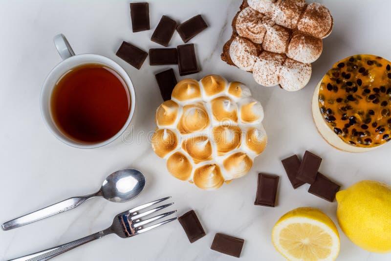 Mini- choklad, citronpaj och kaka för passionfrukt arkivfoto