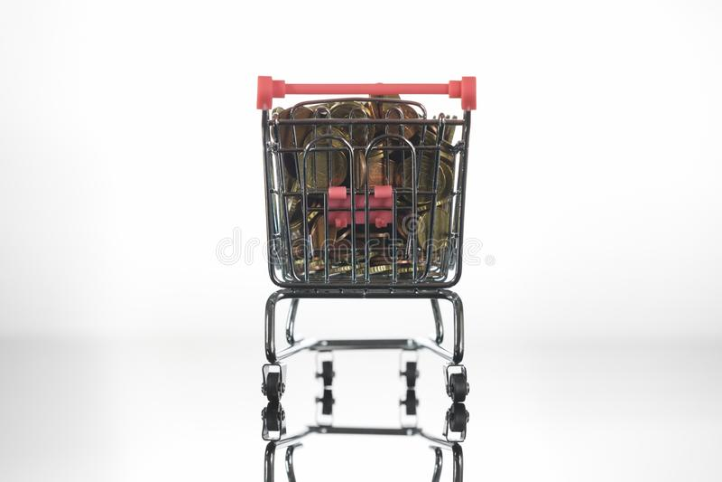 Mini Chrome Shopping Cart fylld överst med mynt arkivbild