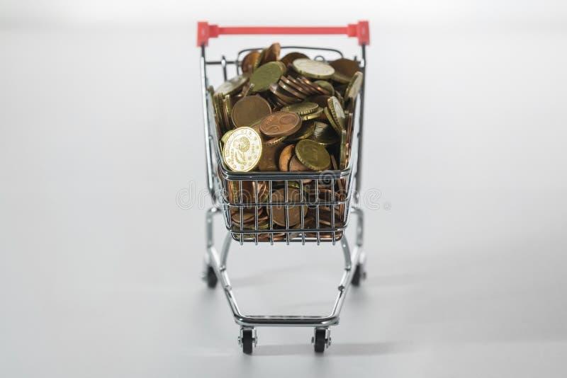 Mini Chrome Shopping Cart fylld överst med mynt fotografering för bildbyråer