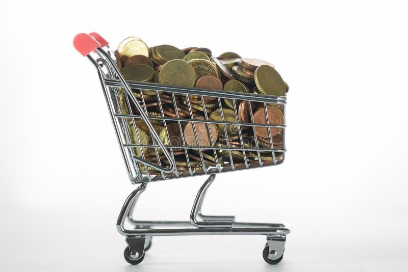 Mini Chrome Shopping Cart fylld överst med mynt royaltyfria foton