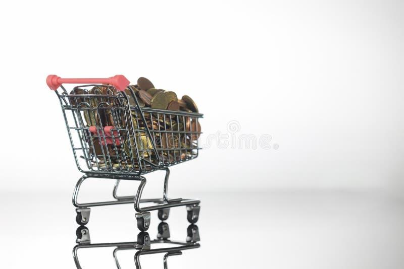 Mini Chrome Shopping Cart fylld överst med mynt royaltyfri foto