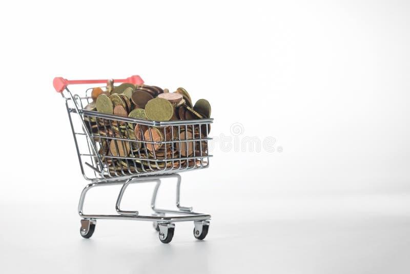 Mini Chrome Shopping Cart fylld överst med mynt arkivfoto
