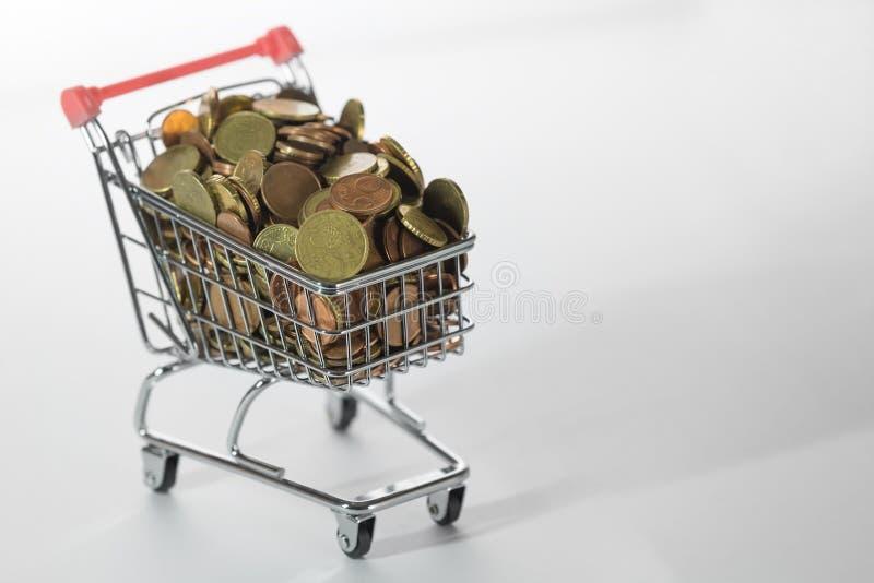 Mini Chrome Shopping Cart fylld överst med mynt royaltyfri bild