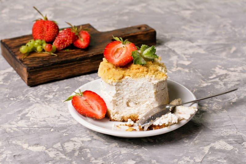 Mini cierre redondo del pastel de queso de la fresa para arriba imagen de archivo
