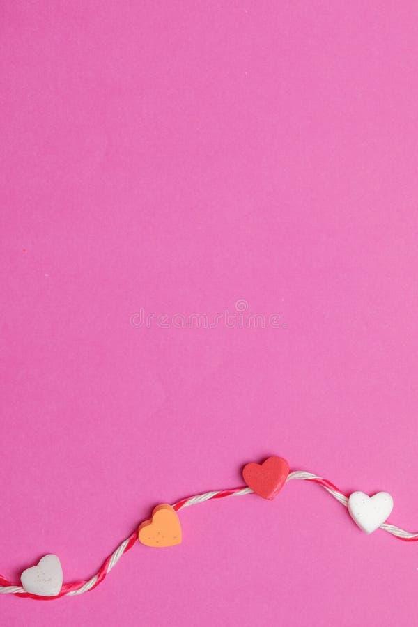 Mini Coeurs Avec La Corde à Larrière Plan Rose Vide Avec L