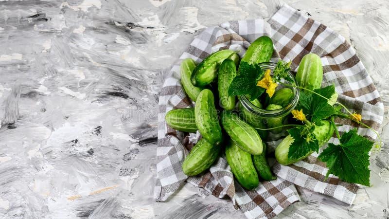 Mini concombre sur une serviette de cuisine, fond en bois Vue supérieure Copiez l'espace photos libres de droits