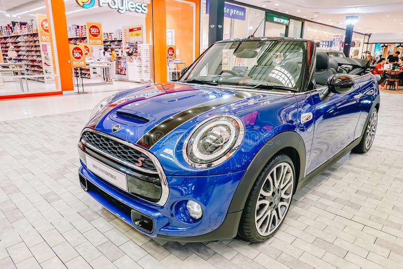 Mini Convertible è parte anteriore dell'automobile con i colori brillanti leggeri e blu e neri rotondi su esposizione al grande m fotografia stock libera da diritti